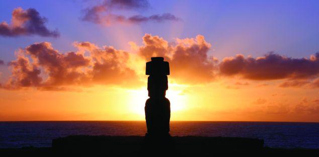Un Moai eclipsado por el Sol